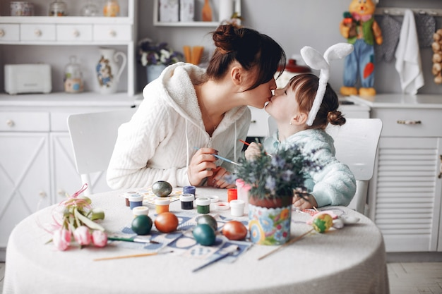 Mère Avec Petite Fille Dans Une Cuisine Photo gratuit