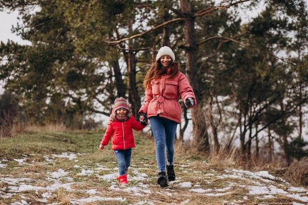 Mère Avec Petite Fille Dans Une Forêt D'hiver Photo gratuit