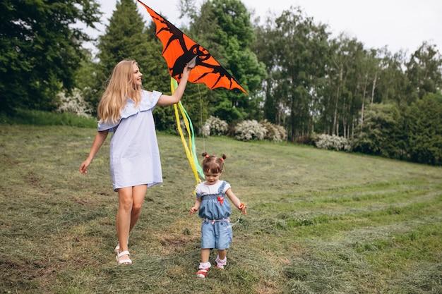 Mère avec petite fille dans le parc Photo gratuit