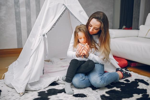 Mère avec petite fille à la maison Photo gratuit