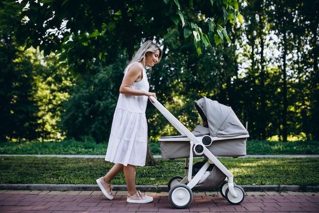 Mère avec petite fille marchant dans le parc Photo gratuit