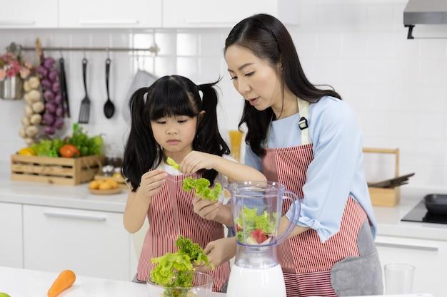 Mère Et Petite Fille Préparent La Salade Dans Un Bol Photo Premium