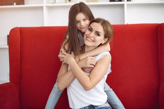 Mère Et Petite Fille S'amusent à La Maison Photo gratuit