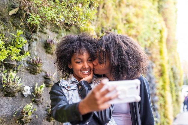 Mère prenant un selfie avec sa fille Photo Premium