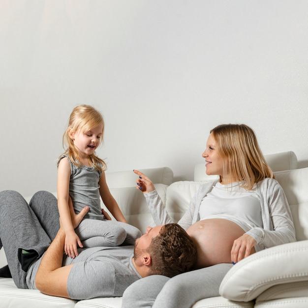 Mère, regarder, père, jouer, à, mignon, petite fille Photo gratuit