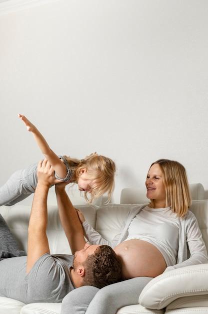 Mère, regarder, père, jouer, à, petite fille Photo gratuit