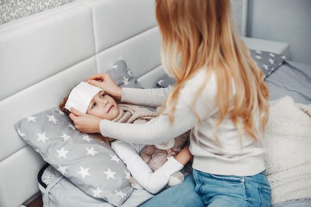 Mère Avec Sa Fille Illnes Dans Une Chambre à Coucher Photo gratuit