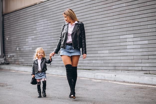 Mère avec sa petite fille en dehors de la rue Photo gratuit