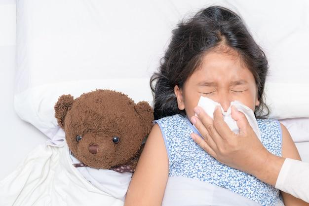 Mère se moucher le nez de sa fille Photo Premium