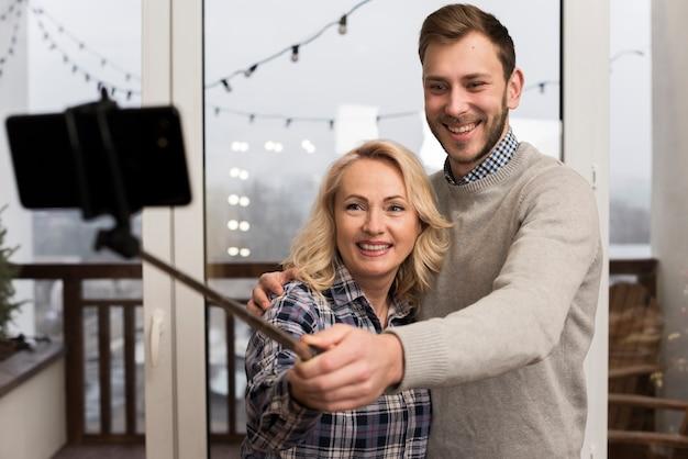 Mère Et Soleil Prenant Un Selfie Photo gratuit