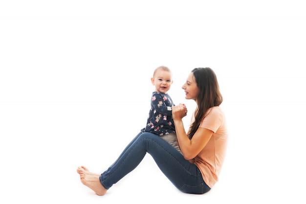 Une mère et son bébé lier ensemble isolé sur fond blanc Photo Premium