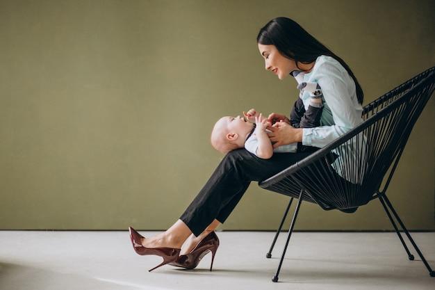 Mère avec son fils nouveau-né Photo gratuit