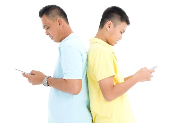 Mère et son fils occupés avec des smartphones à la maison Photo Premium