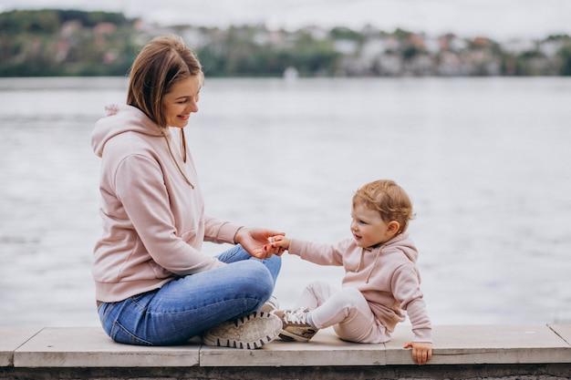 Mère avec son petit enfant dans parc Photo gratuit