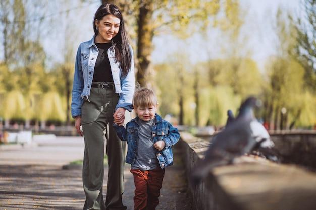 Mère avec son petit fils dans parc Photo gratuit