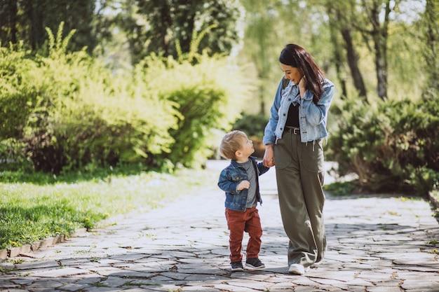 Mère avec son petit fils s'amuser dans le parc Photo gratuit