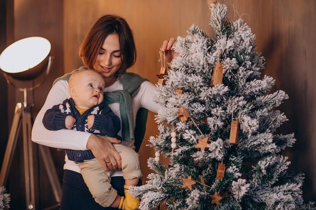 Mère Avec Son Petit Garçon Célébrant Noël Photo gratuit