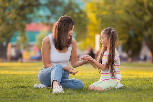 Mère Tenant Les Mains De Sa Fille Photo gratuit
