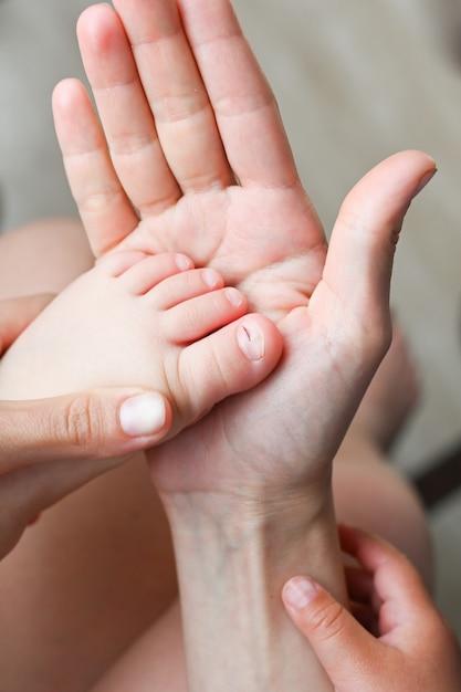 Mère Tient Son Pied Avec Un Orteil Blessé Photo Premium