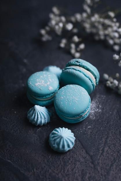 Merengue avec empilement de macaron bleu sur fond texturé Photo gratuit