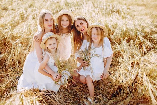 Mères et filles jouant dans un champ d'automne Photo gratuit