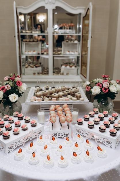 Meringue, Bonbons Et Cupcakes Sur La Barre Sucrée Photo gratuit