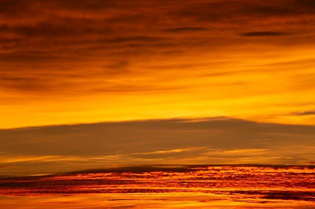 Merveilleux coucher de soleil ou fond de lever de soleil. Photo Premium