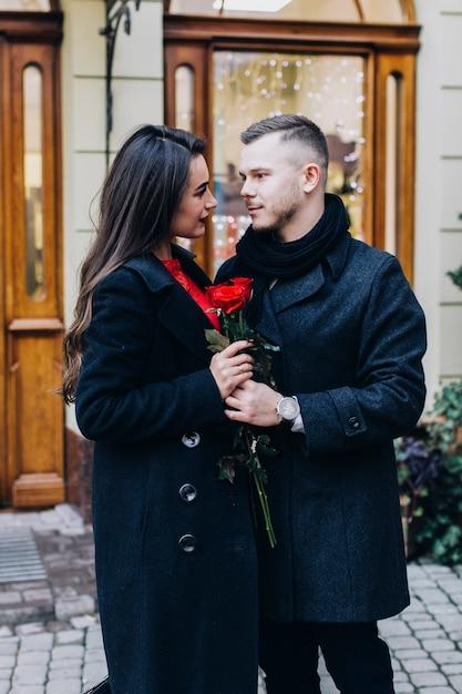 Merveilleux Couple Romantique Avec Des Roses Sur La Rue Photo gratuit