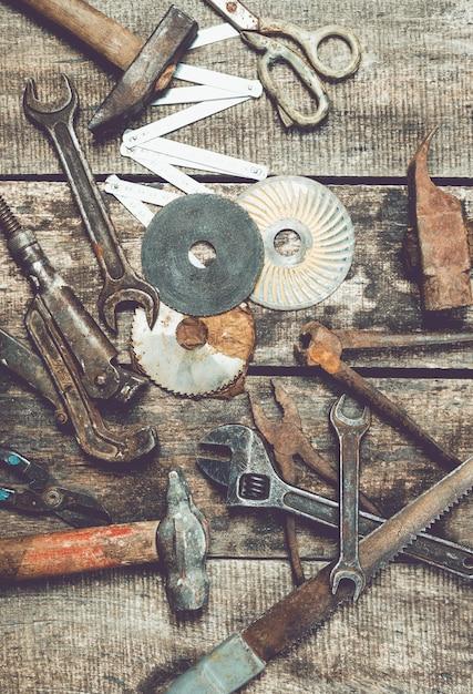 Mess d'outils de menuiserie vintage sur fond en bois ancien Photo Premium