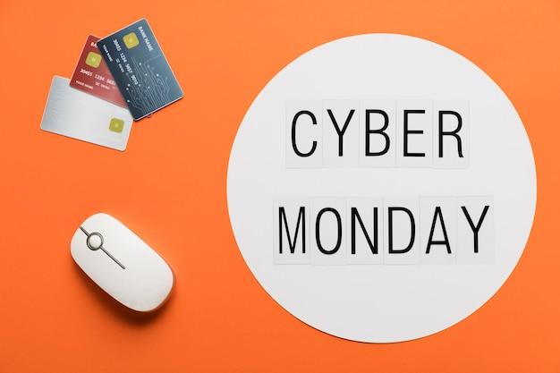 Message de cyber lundi avec concept de bureau Photo gratuit
