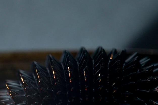 Métal ferromagnétique gros plan dans la nuit Photo gratuit