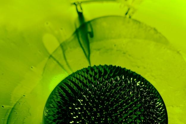Métal liquide ferromagnétique vert mince avec espace de copie Photo gratuit