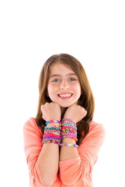 Métier élastiques bracelets enfant gosse blond sourire Photo Premium