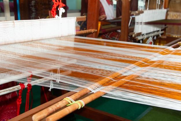 Métier à tisser - tissage domestique - utilisé pour le tissage de la soie thaïlandaise traditionnelle. Photo Premium