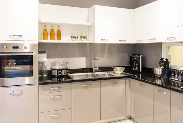 Meubles de cuisine avec ustensiles de cuisine contemporains comme la hotte Photo Premium