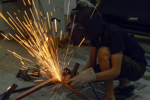Meulage électrique des roues coupant sur acier. étincelles de coupe Photo Premium