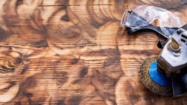 Meule en bois poli, meule abrasive et lunettes de sécurité. texte libre, espace de copie, Photo Premium