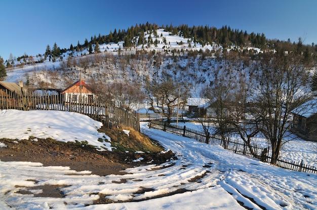 Des Meules De Foin Et Une Clôture De Bois, Paysage D'hiver, Vie Rurale, Repos Dans Les Montagnes Du Village Photo Premium