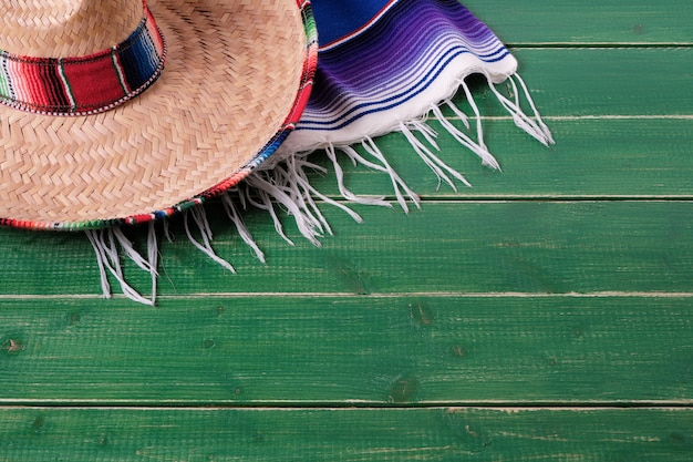 Mexique cinco de mayo fond bois sombrero serape couverture Photo Premium