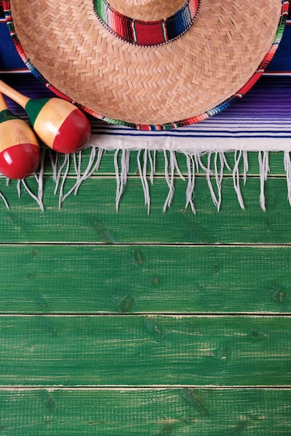 Mexique mexicain sombrero maracas fiesta fond de bois vertical Photo Premium