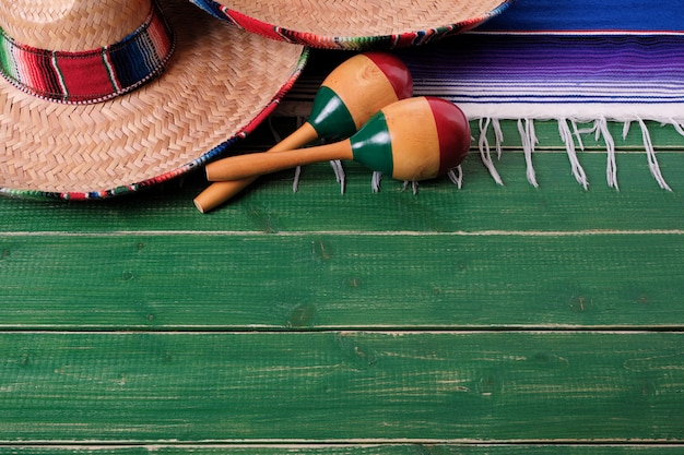 Mexique sombrero frontière maracas mexicains vieux fond de bois vert Photo Premium