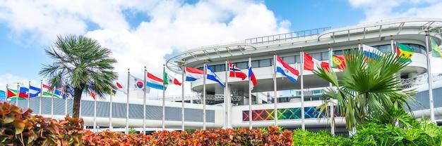 Miami airport building avec des drapeaux de différents pays Photo Premium