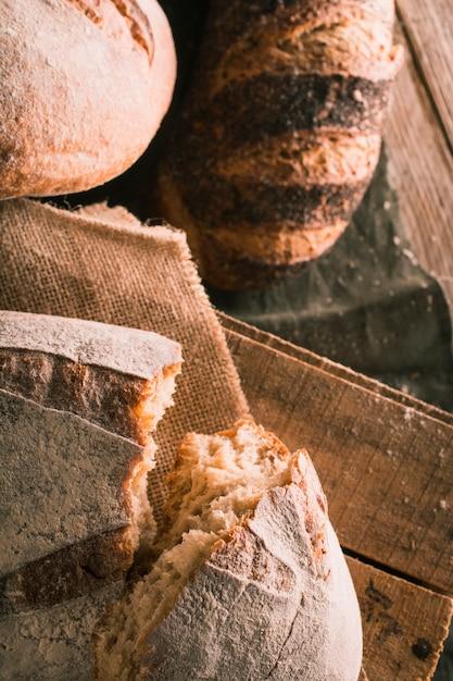 Miche de pain coupée en deux Photo gratuit