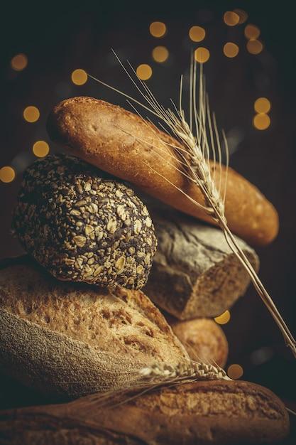Miches De Pain Frais Avec Du Blé Et Du Gluten Sur Une Table En Bois Photo Premium