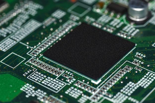 Microchips, radioéléments, processeur sur la carte électronique, carte mère Photo Premium