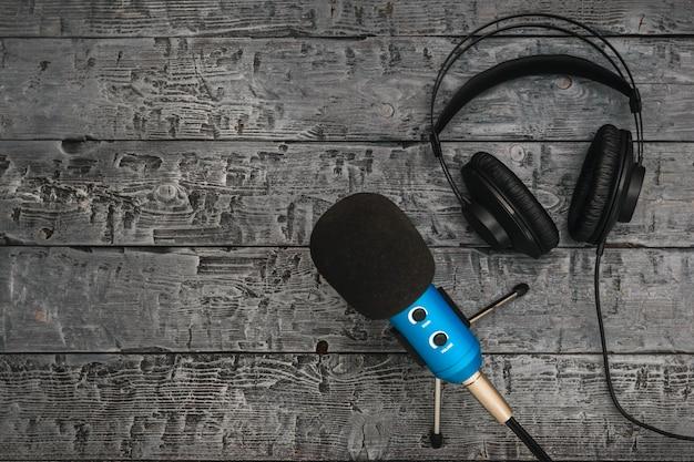 Microphone et casque sur une table en bois noire. Photo Premium