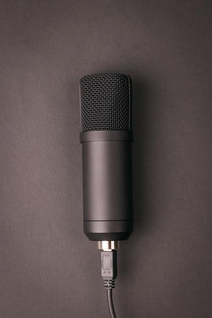 Microphone à Condensateur élégant Sur Fond Sombre. Matériel D'enregistrement Sonore. Photo Premium