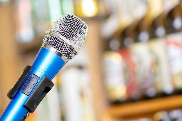 Microphone contre le flou sur les boissons au fond de pub et de restaurant. Photo Premium