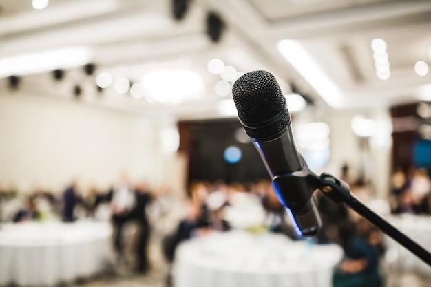 Microphone Dans Le Hall Avec événement Moderne Photo Premium