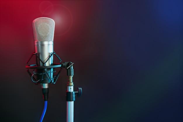 Microphone dans la lumière colorée de nuit Photo Premium
